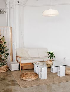 Cinder block furniture ideas can be inspiring to all DIY lovers as they combine creativity and originality. Cinder blocks offer the advantage to be Cheap Building Materials, Cinder Block Furniture, Cinder Blocks, Furniture Decor, Furniture Design, Outdoor Furniture, Office Furniture, Diy Home Decor, Room Decor