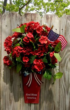 Use blue tin, red flowers, and two flags Patriotic Wreath, Patriotic Crafts, July Crafts, Summer Crafts, Holiday Crafts, Holiday Decor, Fourth Of July Decor, 4th Of July Decorations, July 4th