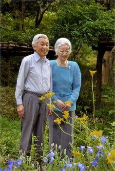 皇居・御所の庭を散策する天皇、皇后両陛下=皇居・御所の庭で2014年9月9日午後3時半頃(宮内庁提供) ▼20Sep2014毎日新聞|皇后さま、80歳 「争いの芽摘む努力を」 http://mainichi.jp/shimen/news/20141020ddm001040177000c.html #Emperor_Akihito #Empress_Michiko