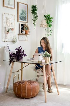 Home office from Larks and Leo: Modern Macrame Decor - Home Design Bohemian Office, Bohemian Decor, Modern Bohemian, Office Wall Decor, Office Walls, Office Nook, Home Office Design, Home Design, Design Ideas