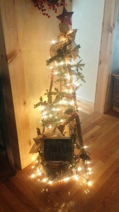 Tobacco stick tree Christmas Projects, Diy Christmas, Christmas Decorations, Holiday Decor, Tobacco Sticks, Barn Wood Projects, Country Crafts, Love Craft, Craft Stick Crafts