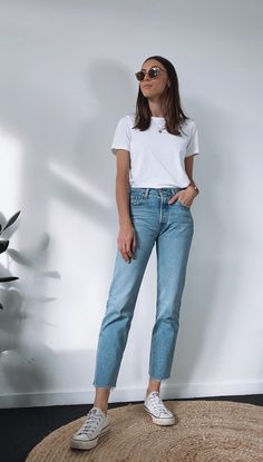 White Top And Jeans, White Shirt And Blue Jeans, Jeans And Tshirt, White Tshirt Outfit Summer, Light Blue Jeans Outfit, White Tshirt Women, White Tees, Simple Outfits, Casual Outfits