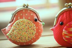Cute coral pink bird clutch purse by misala on Etsy Patchwork Bags, Quilted Bag, Coin Purse Tutorial, How To Make Purses, Fabric Wallet, Frame Purse, Pouch Pattern, Pink Bird, Sewing Projects For Kids