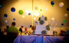 versierde tent met gekleurde bollen