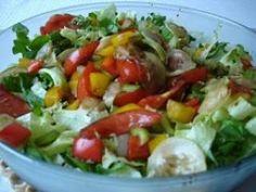 Salada de folhas verdes com manga, palmito e tomate.