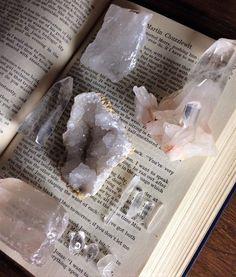 Crystal Room, Crystal Magic, Crystal Healing, Crystals And Gemstones, Stones And Crystals, Chakra Crystals, Crystal Aesthetic, Witch Aesthetic, Aesthetic Grunge