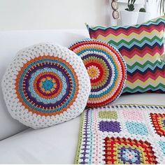 Crochet Home, Free Crochet, Knit Crochet, Crochet Cushions, Crochet Pillow, Owl Pillow Pattern, Yarn Crafts, Hand Knitting, Crochet Patterns