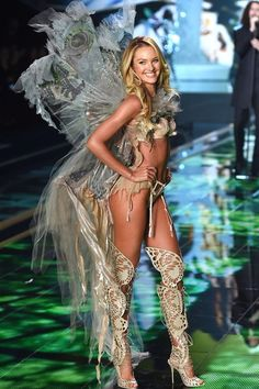 Candice Swanepoel http://www.vogue.fr/mode/news-mode/diaporama/le-defile-victoria-s-secret-2014-angels-show/21417/image/1117403#!17