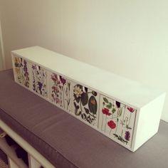 365 saker du kan slöjda » #998 tapetsera en möbel med boksidor!