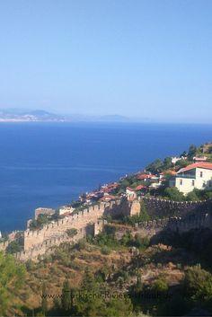 Burgmauern von #Alanya. Im Hintergrund ist das Mittelmeer und #Gazipasa zu sehen. www.tuerkische-riviera-urlaub.de