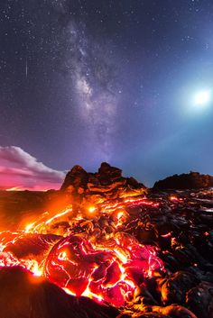 The Milky Way and the Moon above Kilauea's crawling lava. By American astrophotographer Mike Mezeul. The Milky Way and the Moon above Kilauea's crawling lava. By American astrophotographer Mike Mezeul. Images Cools, Volcan Eruption, Imagen Natural, Erupting Volcano, Hawaii Volcano, Fotografia Macro, Volcano National Park, Lava Flow, Natural Phenomena