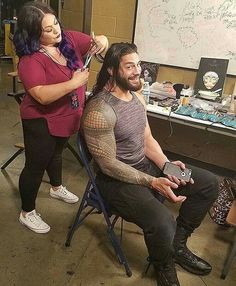 The Emperor at his hair appointment courtesy of WWEMakeupDivas! Roman Reigns Shirtless, Wwe Roman Reigns, Roman Reigns Family, Roman Reigns Dean Ambrose, Wwe Funny, Wwe Superstar Roman Reigns, Catch, Roman Reings, Wrestling Stars