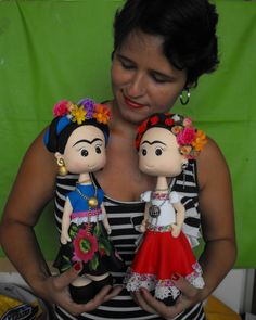 Boneca feita em Porcelana Fria, e apliques de tecidos, bijouterias.  A boneca tem 30cm de altura.