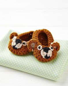 Crochet Baby Girl Treat tiny feet to suitably cute teddy bear crochet baby booties. Crochet Baby Shoes, Crochet Baby Booties, Love Crochet, Crochet For Kids, Diy Crochet, Crochet Clothes, Crochet Ideas, Beautiful Crochet, Crochet Hats