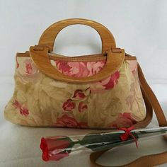 ❤Very cute FOSSIL handbag Super cute/ pretty nice size/ smoke free home/ gently use/ clean inside and out. ❤ Fossil Bags Shoulder Bags