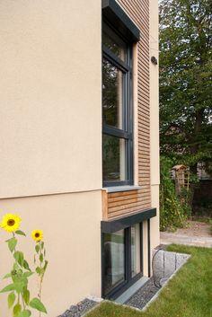 Highlight An Der Hausfassade.. Fenstereinfassung Mit Holz