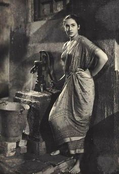 Nutan fetching water, a common occasion for meeting in India Rare Photos, Vintage Photographs, Vintage Photos, Beautiful Bollywood Actress, Most Beautiful Indian Actress, Old Film Stars, Indian Aesthetic, Vintage India, Vintage Bollywood
