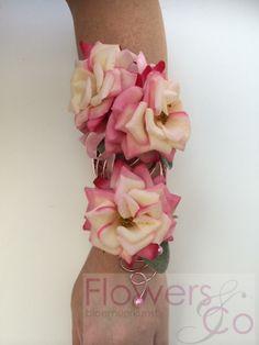 Polscorsage van prachtige roze roosjes op een op maat gemaakt frame van lichtroze ijzerdraad. Prijsindicatie €75,-