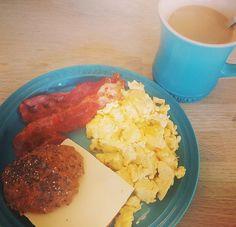 lørdags  #brunch lidt hurtig hygge med #sundmad skønne boller fra @finaxdk dejlig nemme at lave 😍😍😍😍😍😍 #morgenmad #brekfast #brød #æg #becon #coffee #vægttab #nymig #overskud #lecreuset