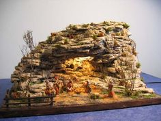 The Nativity is made with styrofoam Christmas Nativity Scene, Christmas Wood, Christmas Pictures, Christmas Crafts, Nativity Stable, Tropical Fish Aquarium, Diy Crib, Ceramic Houses, Oriental