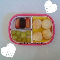Lanche: pão de queijo, ameixa e uva