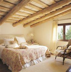 Un papel pintado puede cambiar totalmente un dormitorio. En este caso, el papel decora y acoge con su tono tostado