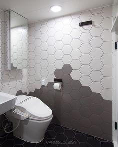 중계벽산 욕실 3가지 색상의 헥사곤 타일 그라데이션시공 상부장거울에 비치는 느낌도 참 좋죠 #homeinterior #interior #interiordesign #bathroom #bathdesign #tile #black #gray #white #hexagon #gradation #욕실인테리어 #욕실 #화장실 #헥사곤타일 #육각타일 #윤현상재 #윤현타일 #이케아 by carminedesign_official