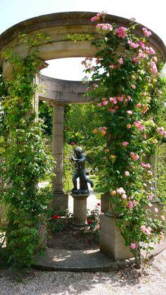 GARDEN Roseraie de l'Hay, south of Paris