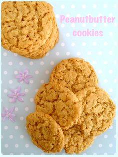 Giver 2 bageplader med cookies 2,5 dl peanutbutter 2,5 dl sukker 2 æg 65 g havregryn 2 tsk. bagepulver 1 tsk. vaniljesukker
