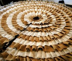 No-Sew Ruffled Tree Skirt - Must make one for Christmas.  Think I will alternate red and natural burlap rows.