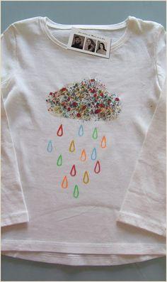 Lluvia de colores Los días de lluvia pueden ser tristes o como esta camiseta pintada y hecha a mano para la princesa Gema de miles de colores, que la disfruta gracias a su tia de Jaén que nos la encargó con mucho amor.