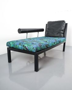Antonio Citterio. Leather chaise lounge Baisity by Antonio Citterio for B&B Italy, 1982. Elegant chaise longue featuring a leather upholstered steel-frame and backrest, a black leather cushion and a multicolored pattern cushion from the 1980s. Stunning polished aluminium details. It's in excellent condition and very comfortable. We can offer this piece with black leather cushions also.