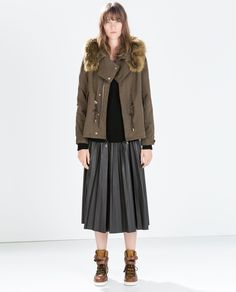 ZARA - MUJER - PARKA ALGODÓN.  Jersey y falda plisada negros. Botines