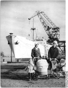 http://www.app-in-die-geschichte.de/document/58234 Zentralbild Burmeister 28.2.1962 Aus dem Leben der See-, Werft- und Hafenstadt Rostock UBz: Muttis mit ihren Kleinen bei einer Spazierfahrt am alten Hafen.