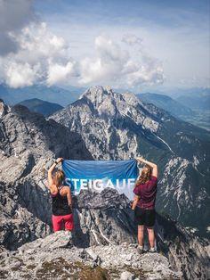 Alle Bergsteiger wissen: Ein schwerer Aufstieg wird mit einer atemberaubenden Aussicht belohnt. Nicht vergessen, diesen Moment mit unserer STEIGAUF-Flagge festzuhalten. ⛰️  #steigauf #adventures #nature #mountains #inspiration #motivation #bergsteiger #flags #hiking #scenery #cliffs #wanderlust Wanderlust, Dubai, Mount Rainier, Travel Style, Inspiration, Mount Everest, Nature, Scenery, Hiking
