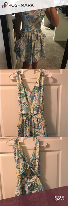 Adorable summer flower dress! This is an adorable summer flower dress. This dress tied in a knot in the back and zippers up. This is the perfect addition to your closet this summer! Dresses Midi