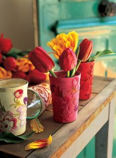 Drinking glasses get get new life with scraps of material, doilies, etc.  Use as candle holders or vases!  FRENCH  Parue dans le Numéro 50