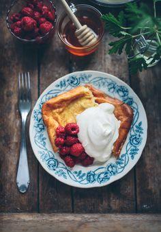 Ugnspannkaka är ju den perfekta lunchen när matinspirationen tryter. Inget stekande och osande vid spisen och så är det ju helt galet gott. Speciellt med bär, grädde och honung till ♥ Se...