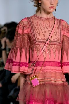 Valentino at Paris Fashion Week Spring 2017 - Details Runway Photos Haute Couture Style, Couture Mode, Couture Fashion, Runway Fashion, Womens Fashion, Paris Fashion, Fashion Trends, Couture Week, Fashion Details