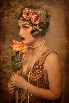 This vintage flapper is dressed in gold and flowers. Flappers usually dress in one or two colors to look put together. Bold lipstick was also popular in the They wanted their makeup to stand out. Flapper Girls, Flapper Style, 1920s Style, 1920s Flapper, Flapper Fashion, Flappers 1920s, Roaring 20s Fashion, Glamour Vintage, Vintage Beauty