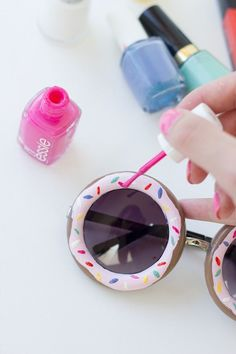 Diy nail polish crafts - diy donut sunglasses - easy and cheap craft ideas for girls Crafts For Teens, Crafts To Sell, Fun Crafts, Diy Jewelry For Tweens, Do It Yourself Nails, Diy Donuts, Doughnuts, Nail Polish Crafts, Summer Diy