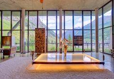 Binnenkijken: Chalet in loft-stijl - Residence. Kijk naar de tafel....amazing wat een idee