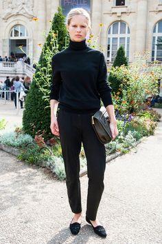 パリ、ミラノ、NYと三都市にわたり多くのランウェイを飾ったモデルのアンナは、旬のタートルネックでメンズライクなオールブラックスタイルを完成。自慢のブロンドと、「ジェイソン ウー」のグレーバッグを差し色代わりにIN。