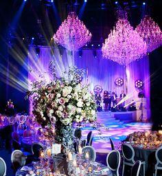 Una casa de candelabros – boda de lujo en Londres  Una atractiva decoración a base de flores, un bonito diseño de mesa y 7 impresionantes lámparas de araña de cristal. Ingredientes para una asombrosa boda en Roundhouse, Londres.  En nombre de una empresa de eventos especiales, entregamos 4 lámparas de araña medianas de 1m de altura; Nuestro MT-30. Distribuidas por la sala, nuestros especialistas en lámparas montaron 3 lámparas de araña grandes de no menos de 3m de altura. El resultado fue…