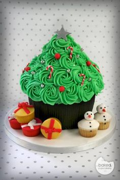 Awesome Christmas Tree cupcake cake - something new to do with the cupcake cake pan that I have!!!