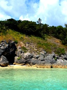 An intimate Bermuda cove beach. Pin provided by Elbow Beach Cycles http://www.elbowbeachcycles.com #Bermuda +Bermuda
