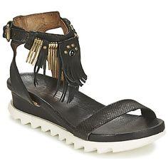 Denne sorte sandal fra Airstep / A.S.98 er perfekt til gåture langs stranden i sommersolen. Flood har en overdel i læder og en ydersål i syntetisk materiale, så den vil hurtigt blive din favoritmodel i hverdagen! Skoen lokker desuden med en indersål og et komfortabelt for i læder. Og ovenikøbet komfortabel! - Farve : Sort - Sko Dame 1207,00 Kr