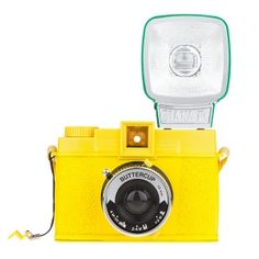Lomo Diana -kamera on legendaarinen kamera 60-luvulta, jolloin se nousi valokuvaharrastajien suosioon persoonallisen kuvausjälkensä ansiosta. Kameran valmistus kuitenkin lakkautettiin jo myöhemmin 60-luvulla, jonka jälkeen kamera on elänyt pienen, mutta sitäkin innokkaamman harrastajajoukon intohimona. Nyt Dianasta on tehty uusi versio, joka vastaa alkuperäistä Dianaa muutamilla uusilla hienouksilla.  (116€, Moko Market)