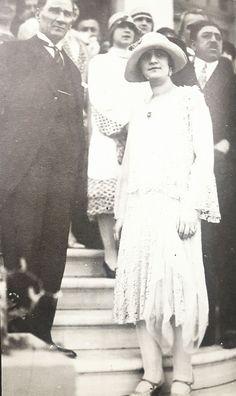 O yıllar Mustafa Kemâl hakkında kütüphaneler dolusu kitap yazılmıştı. Bütün dünya şöhretleri Ankara yolunda idi. Herkes O'nu görmeye koşuyordu. İşte Atatürk'ü ziyarete gelen ünlü devlet…