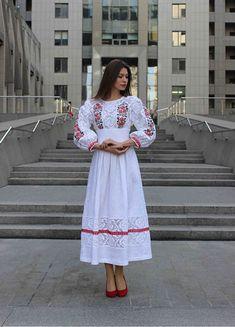 Белое льняное платье с вышивкой и кружевом ПЛ-770040